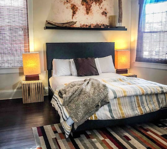 VR GOLD ROOM-Large private room 2miles to downtown