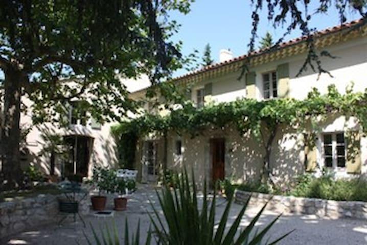 Le Mas du vieux cèdre, chambre Azur - Montboucher-sur-Jabron - Bed & Breakfast