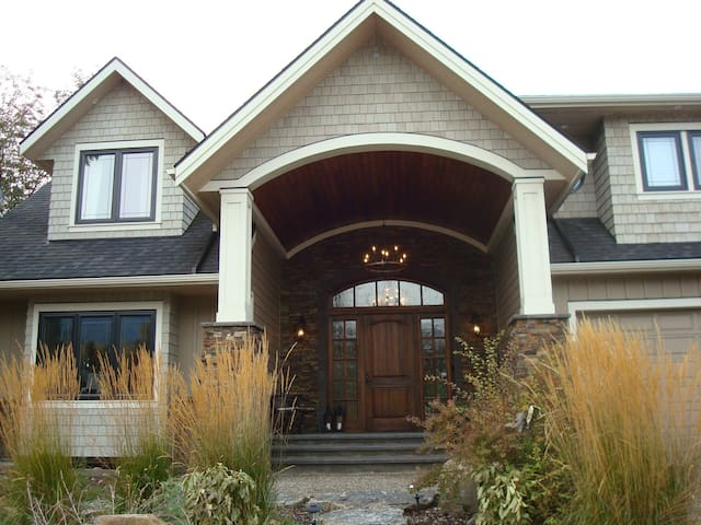 Executive Home w/ Hot Tub close to Downtown
