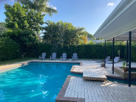 Charming 3 bedroom with huge pool near Anna Maria