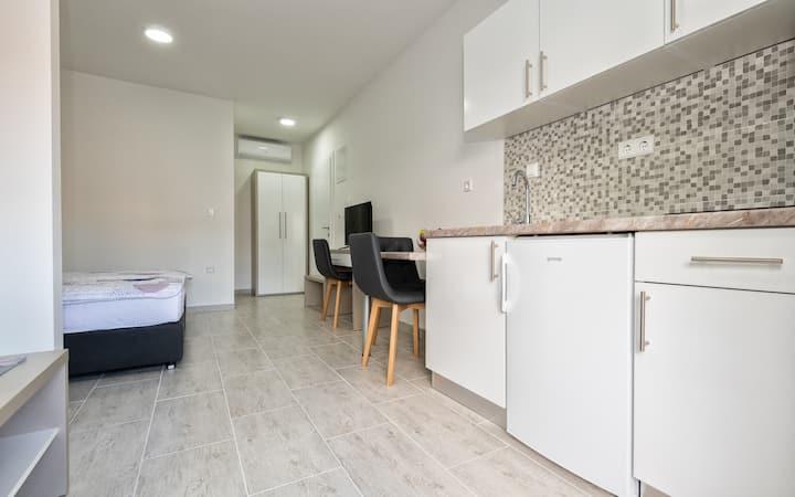 Moder Comfort Studio Apartment @ Villa Lajna