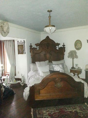 The CUBAN bedroom@ Gathering Grace - Chehalis - Bed & Breakfast