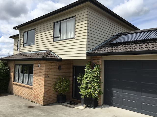 Sunny & Quiet with Guest Bathroom, Deck & Garden - Auckland - Casa