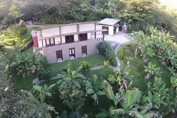 Hermosa Casa de Campo en  Blanco, Bonao