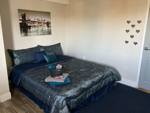 Comfy private bedroom close to Strip!