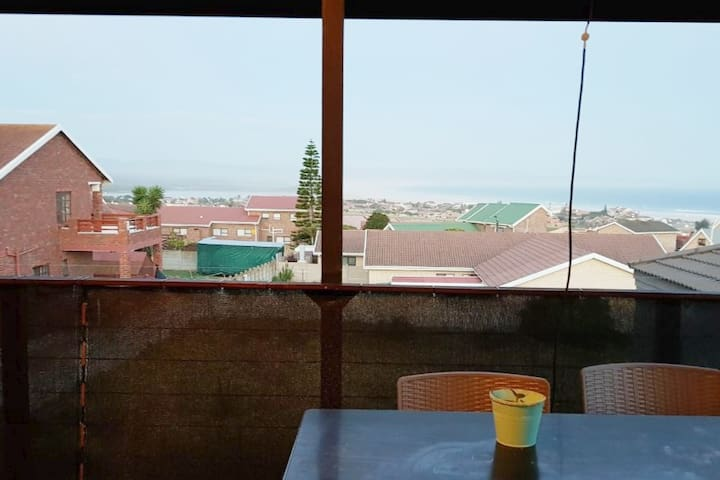 cosy flatlet, great sea views, close to everything