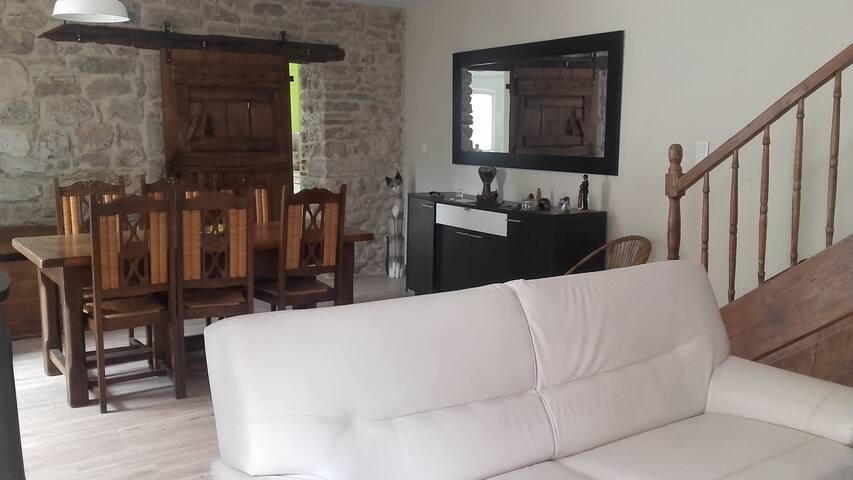 Maison de village calme avec cour extérieure - Septfonds - Casa