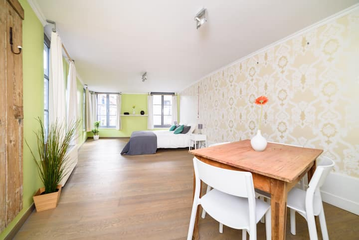 Sunny apartment in townhouse next to the park