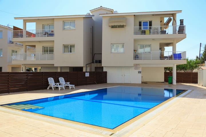 Modern 2 Bed Apartment with Shared Pool D24