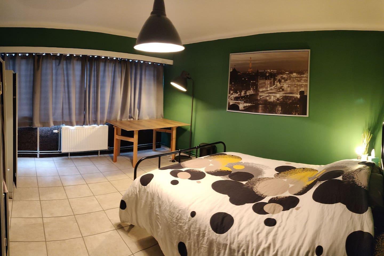 Chambre privative, agréable muni d'un lit double, d'un bureau, et 2 vestiaires