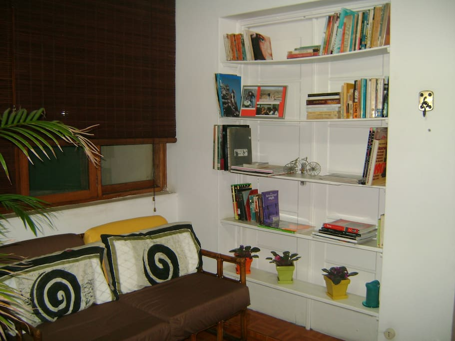 Lounge of the apartment. There are always books available (many in Portuguese and some in English)