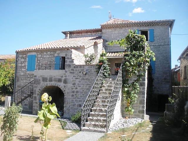 """Gîte """"La romancière"""" dans un village ardéchois - Saint-Alban-Auriolles - Casa"""