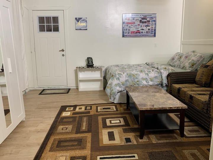Happy's Studio With Full Kitchen Bath & Bed