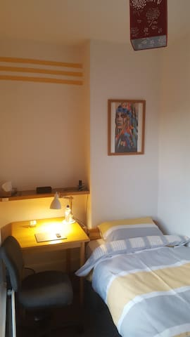 Private single room, walking distance to the city