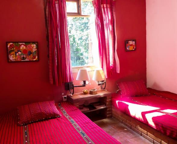 Dormitorio secundario con 2 camas matrimoniales y baño completo interno con regadera