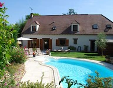 Room and bathroom in villa with pool - Saint-Fargeau-Ponthierry - Huis