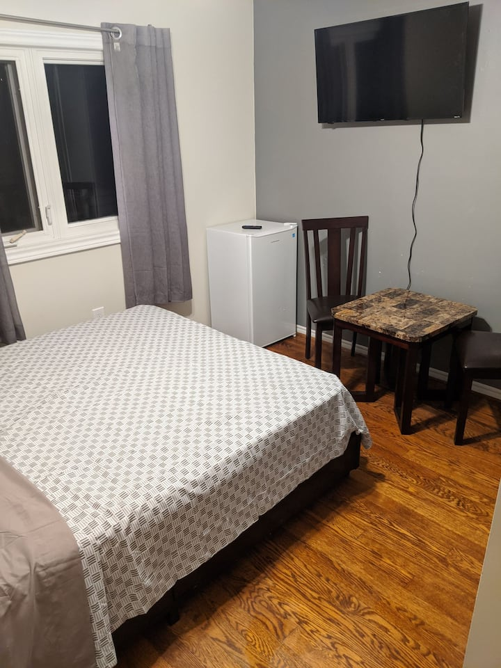 4-Cozy room in hertel downtown Richmond Hill