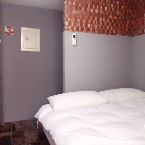 台中逢甲住宿-小資F01 室內空間約4坪 雙人獨立套房獨立衛浴免費提供盥洗用品 洗衣間免費洗衣