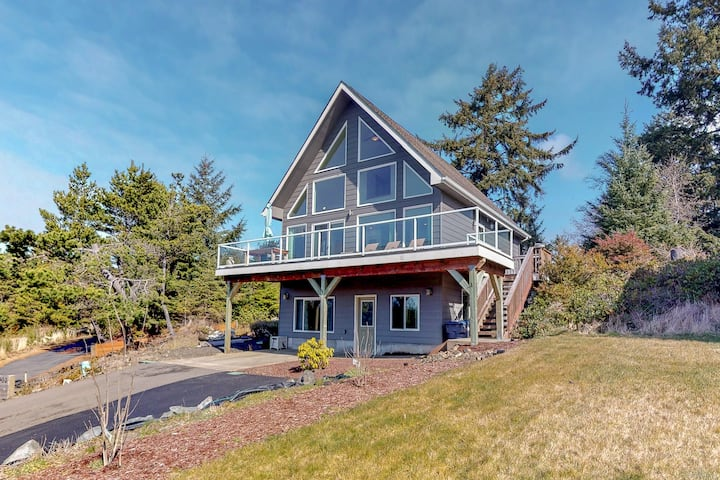 Dog-friendly, newly-remodeled home w/ a great deck - just moments from the beach