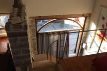 L'escalier , dans la pièce à vivre,  pour se rendre au 1er étage  , à la mezzanine