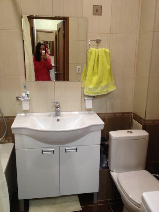 Все удобства: ванная 1,7м, стиральная машинка с вертикальной загрузкой, 2 сушилки для белья, фен.  All amenities: bath 1.7m, washing machine and dryers, hairdryer.