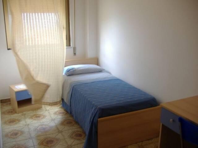 Zimmer mit Einzelbett / Küche / WiFi