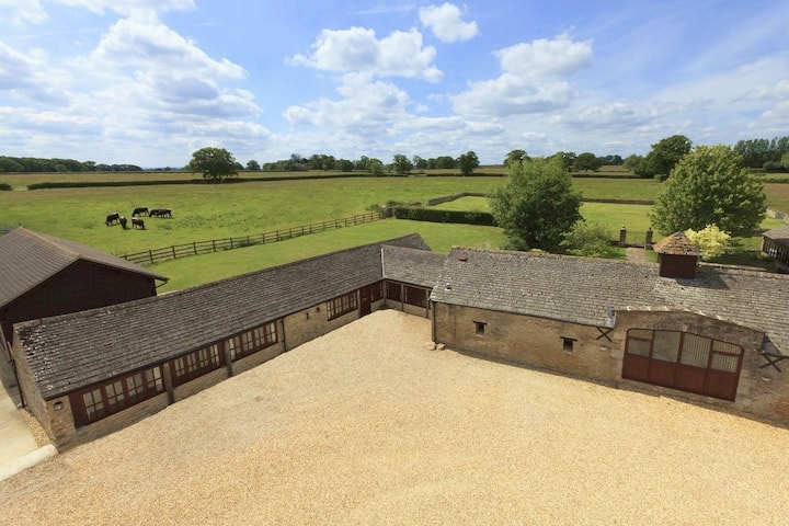 The Cotswold Manor House with Hot Tub & Games Barn
