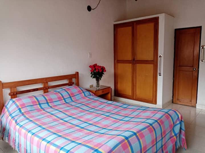 Tu hogar: Habitación privada + baño + parqueadero
