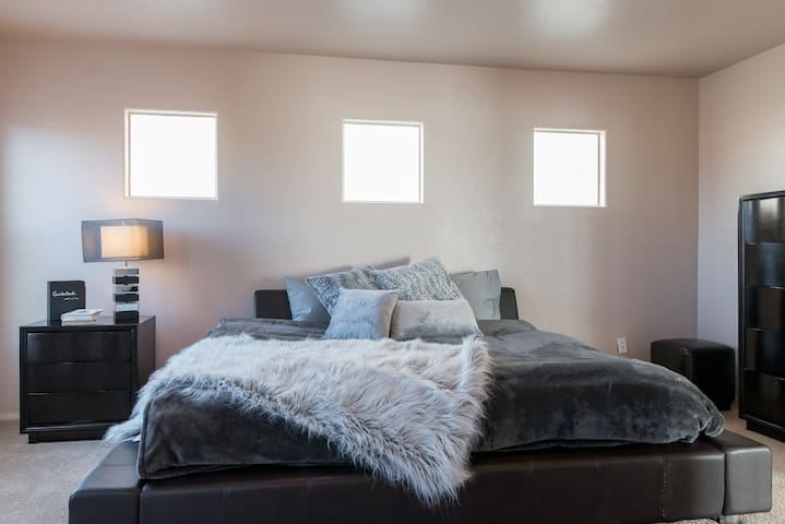 SPACIOUS PRIVATE MASTER BEDROOM & MASTER BATHROOM - Las Vegas - Huis