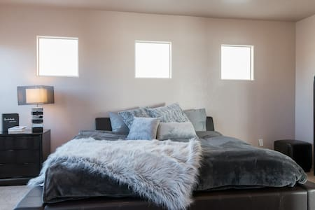 SPACIOUS PRIVATE MASTER BEDROOM & MASTER BATHROOM - Las Vegas