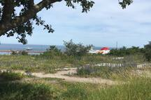 Utsikt mot hamnen 75 m från huset.