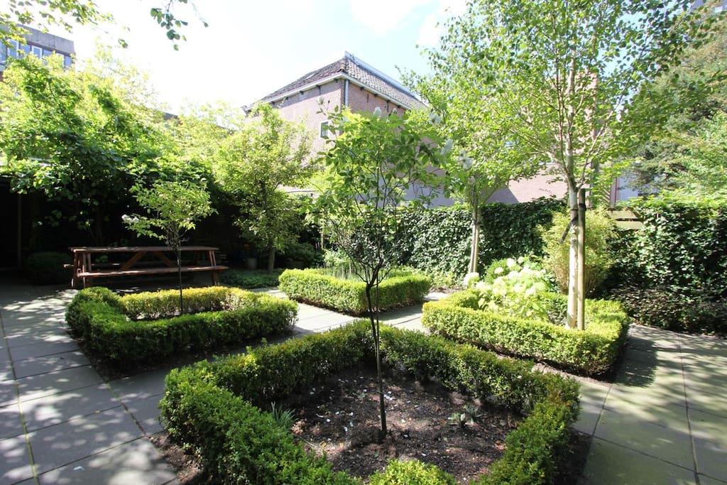 Magnifieke ruime tuin om ontspannen in de zitten.