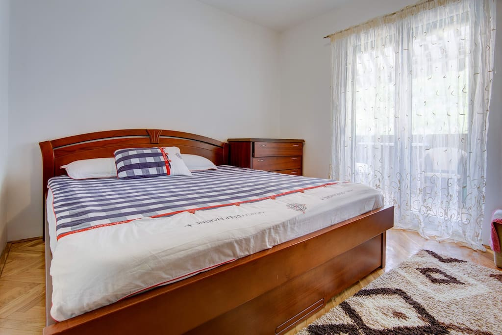 The apartment (75 m2) is on the first floor and has two separate bedrooms, a living room, private entrance & bathroom, 2 balconies and a fully equipped kitchen. A private parking spot, cable TV, free Wi-Fi, linen & towels are provided.