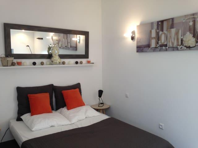 Studio douillet, neuf, terrasse/ jardin
