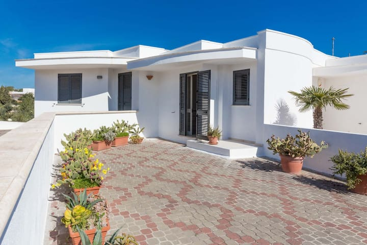 Peaceful and fully equipped, walking distance from sea