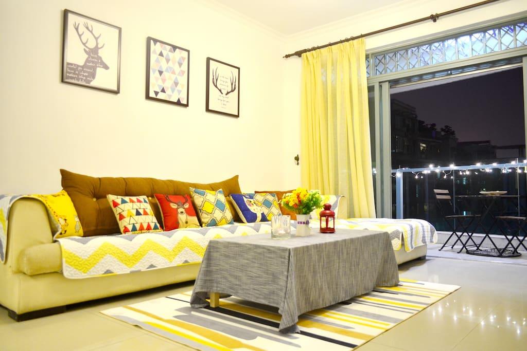 客厅整体布置以北欧混搭风为主。