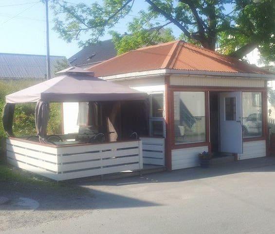 fin liten hytte midt i henningsvær - Henningsvær - Cabin