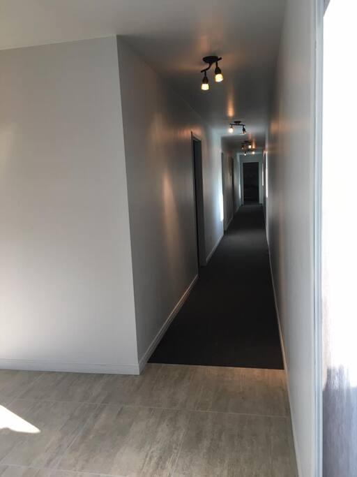 corridor qui mène aux chambres toutes rénovées