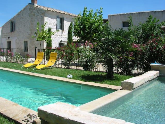 Bastide rénovée du XIX ème  piscines  jardin clos - Bellegarde - Rumah