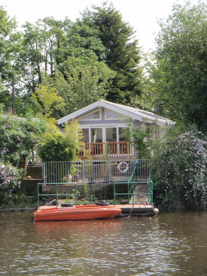 Fabulous riverside Chalet on the River Thames in London