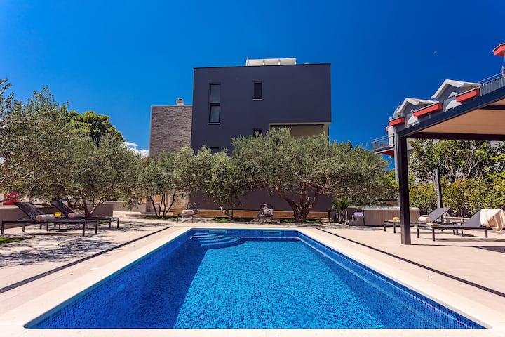 Villa Topaz with heated pool, jacuzzi, sauna, gym