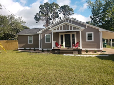 Pet Friendly Cottage 1/4 mile from the Bay