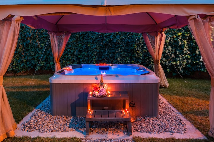 Luxurious Villa Roko with jacuzzi and garden