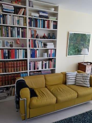Sofaecke mit Bibliothek