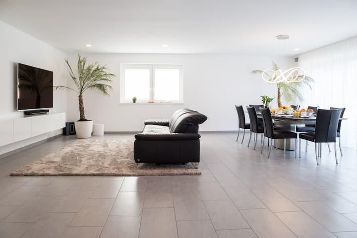 Luxuriöses Zimmer: Eigenes Bad, Balkon, Netflix
