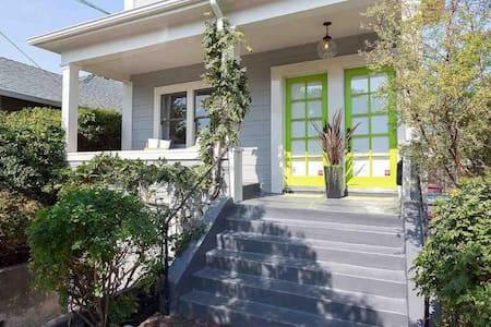 Modern Convenience + Craftsman Charm (2BR) - Oakland