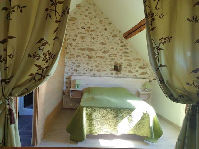 La chambre et ses pierres apparentes !