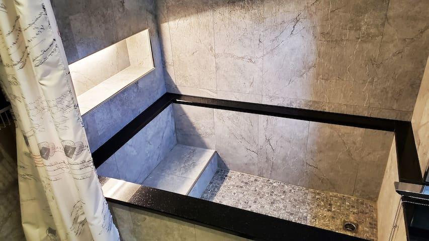 浴缸套房5》捷運步行5分(市議會站)/近六合夜市/駁二/愛河/浴室有對外窗/電梯大樓/禁菸