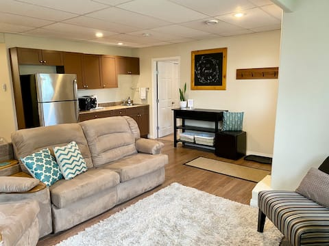 Serenity Stay: Private Walkout Suite with BBQ