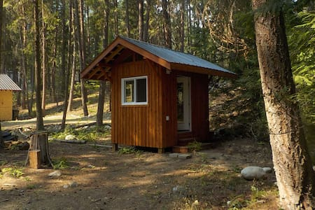 Valhalla Pines - Hut with bunk beds, WIFI, & power